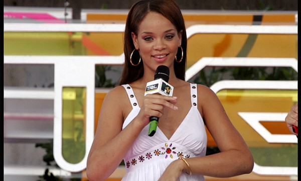 Rihanna_brown_ayem_nabilla