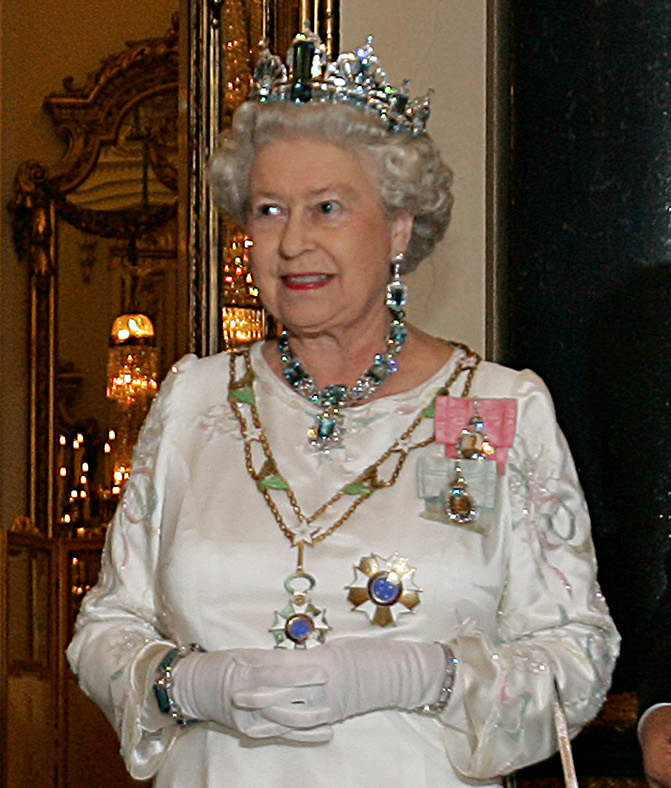 Elizabeth_II,_Buckingham_Palace,_07_Mar_2006_crop